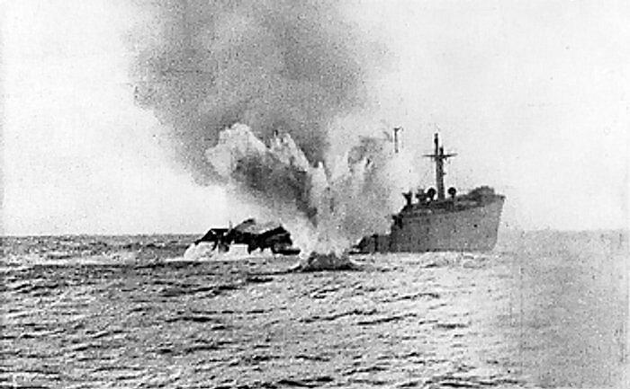 Německá ponorka poblíž torpédované obchodní lodi