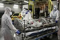 Zdravotníci přesunují pacienta s koronavirem do sanitky v belgickém Lutychu, 30. října 2020