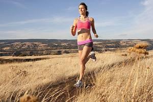 Běhání je nejjednodušší cesta, jak pořádně rozproudit krev. Na 15 minut můžete klidně zvolit ostřejší tempo. A nezapomeňte se pak protáhnout, aby vás druhý den nebolelo celé tělo