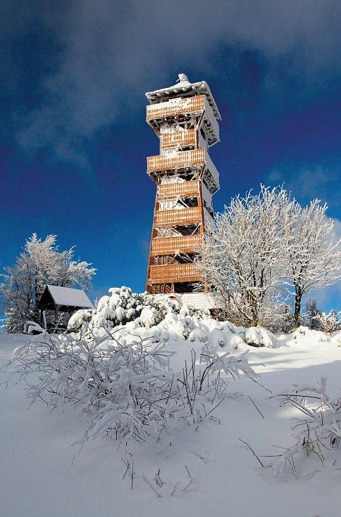 Užijte si jedinečné výhledy z krásné dřevěné rozhledny na Velkém Javorníku.