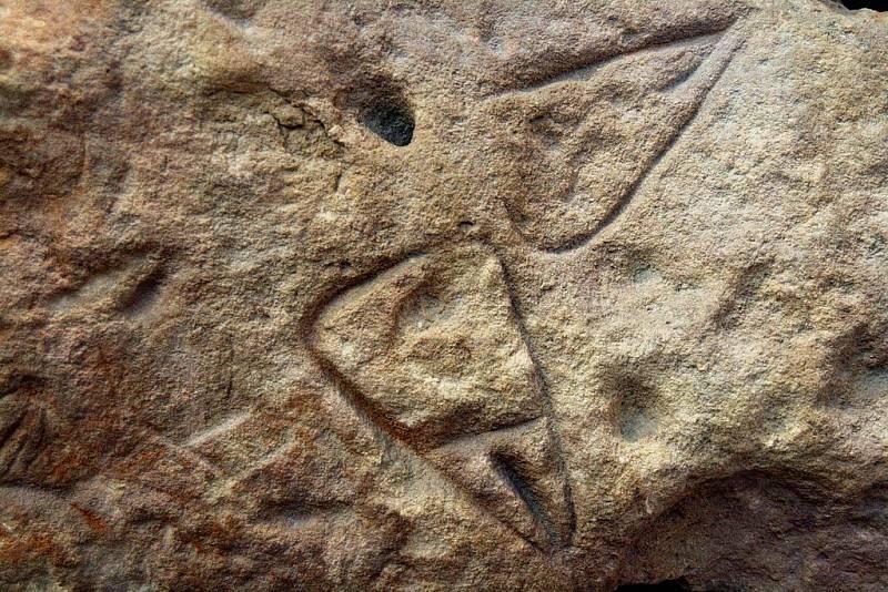 Symbol ženské vulvy, vyrytý do kamenného bloku jeskyně v La Ferrassie