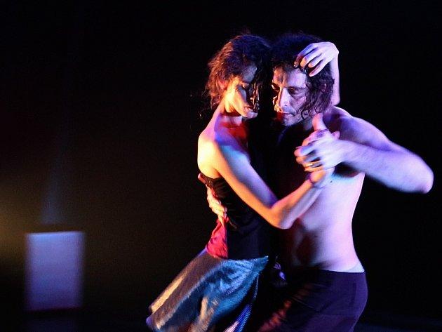 QUILOMBO. Autorskému projektu tanečnice a performerky Patricie Porákové, který láká do tajemného světa vášnivého argentinského tanga, bude Loď Tajemství patřit od 20. do 22. července.