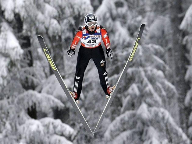 Český reprezentant ve skocích na lyžích Jakub Janda při jednom z pokusů.