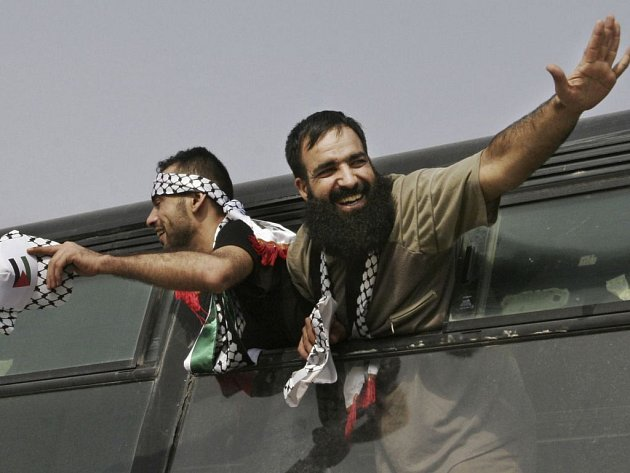 Dva Palestinci se radují ze svého propuštění z izraelského vězení.