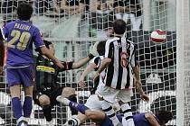 Brazilec Osvaldo (leží) střílí rozhodující branku v duelu Juventusu s Fiorentinou.