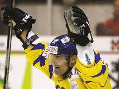 Paolo Duca z Davosu se raduje z branky svého týmu na tradičním Spengler Cupu.