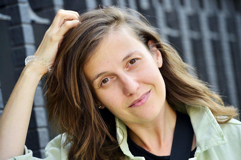 Herečka Tereza Dočkalová kromě divadla pravidelně působí i vČeském rozhlase.