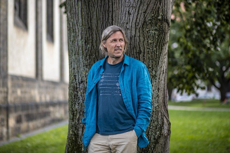 Režisér Roman Vávra objevil nejen osobnost malíře Alfonse Muchy, o kterém natočil film, ale nedávno i svého vlastního otce, snímž se neviděl 33 let.