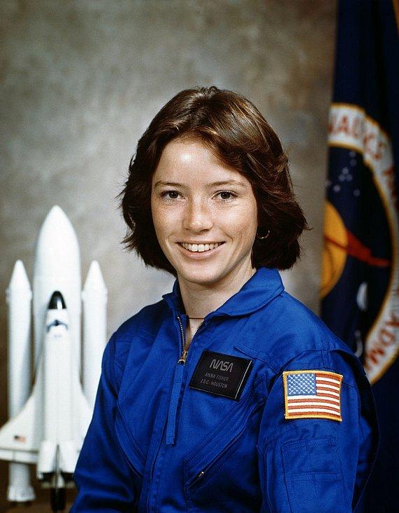 Anna Fisherová se v roce 1984 stala první matkou, která se dostala do vesmíru. V kosmu pobyla 8 dní. Její dceři v té době byl rok a 3 měsíce.