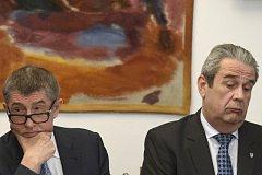 Schůze sněmovního bezpečnostního výboru 15. března 2018 v Praze, na které premiér v demisi Andrej Babiš (vlevo) diskutoval o svých výhradách vůči řediteli Generální inspekce bezpečnostních sborů Michalu Murínovi (vpravo).