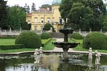 Pod starobylým hradem naleznete také zámek. V jeho zahradě můžete v létě obdivovat 1 200 druhů fuchsií.