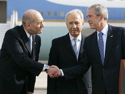 Americký prezident George Bushe se na letišti v Tel Avivu přivítal s izraelským prezidentem Šimonem Peresem a premiérem Ehudem Olmertem.