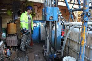 Lithium na Cínovci - průzkumné vrty. Stejná souprava bude vrtat i v Tisové