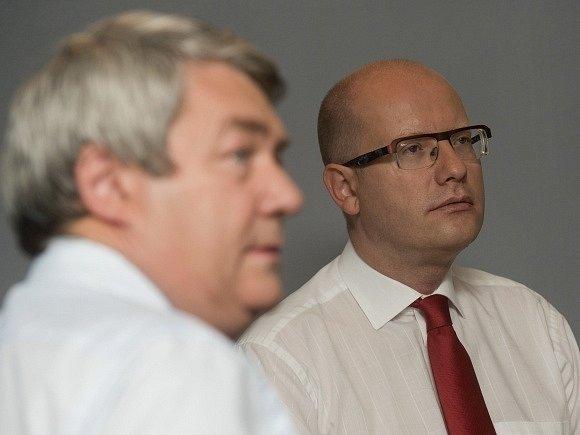 Předseda KSČM Vojtěch Filip (vlevo) a předseda ČSSD Bohuslav Sobotka.