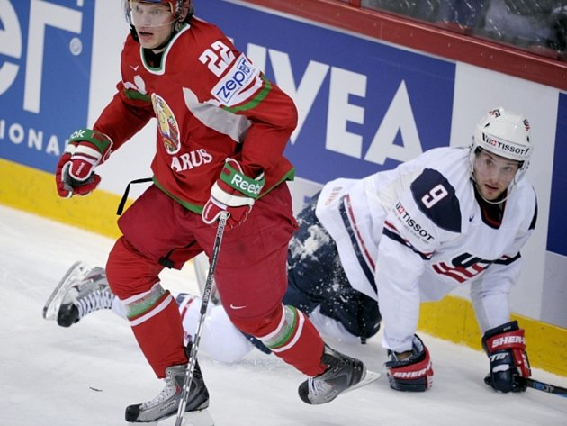 Bobby Ryan z USA (vpravo) a Oleg Goroško z Běloruska.