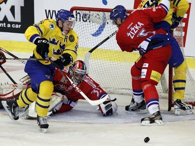 Tomáš Žižka (vpravo) brání Švéda Gabriela Landeskoga před brankářem Jakubem Štěpánkem.
