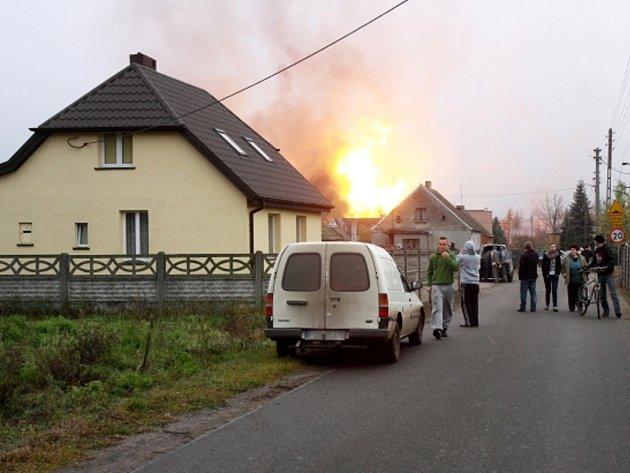 Plyn unikající z rozvodného potrubí vybuchl odpoledne ve vesnici Janków Przygodski ve Velkopolském vojvodství v centrální části země.