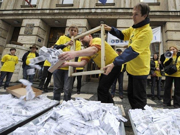 Protestní happening KDU-ČSL a mladých lidovců proti údajnému vytunelování 3,5 miliardy korun na zakázku ministerstva práce a sociálních věcí na nový software pro výplatu sociálních dávek se uskutečnil 12. dubna před sídlem ministerstva v Praze.