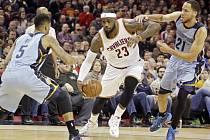 LeBron James z Clevelandu (uprostřed) se probíjí přes obranu Memphisu.
