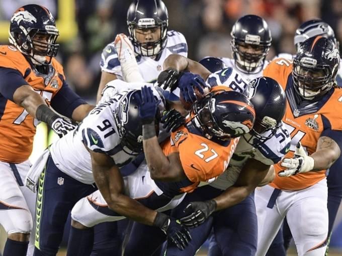 Seattle (v bílém) poprvé v historii ovládl Super Bowl. V boji o slavnou trofej rozdrtil Denver.