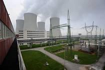 Pohled na chladicí věže a rozvod elekřiny od turbosoustrojí prvního bloku jaderné elektrárny Temelín
