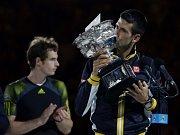 Novak Djokovič (vpravo) ve finále Australian Open porazil Andyho Murrayho.
