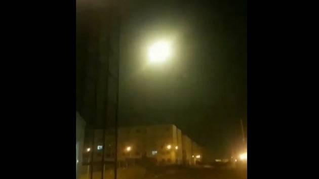 Ukrajinské dopravní letadlo u Teheránu v okamžiku výbuchu na snímku pořízeném z videonahrávky z 8. ledna 2020