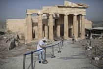 Pracovník instaluje bariéry před otevřením aténské Akropole 18. května 2020