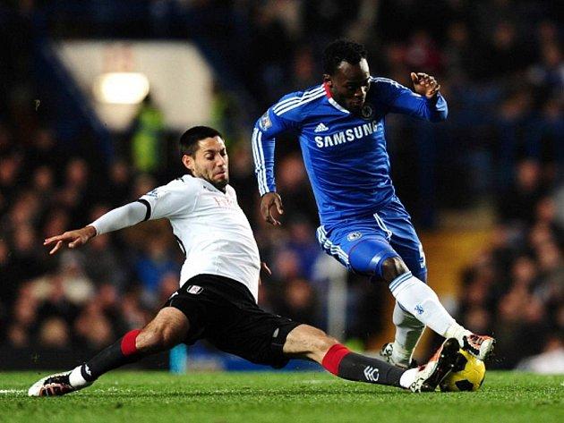 Clint Dempsey (vlevo) z Fulhamu se snaží zastavit útok Michaela Essiena z Chelsea.
