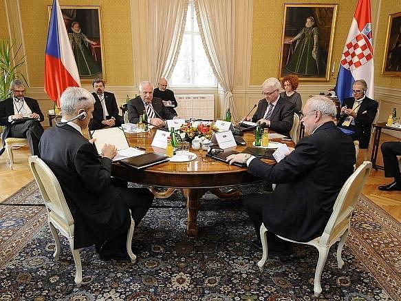Prezidenti Srbska, České republiky, Chorvatska a Slovenska (u stolu zleva) Boris Tadič, Václav Klaus, Ivo Josipovič a Ivan Gašparovič se 18. února sešli k dvoudennímu setkání na zámku v Lánech. Na programu mají například rozhovory o evropských tématech.