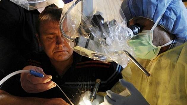 """Profesor Takanori Fukushima z USA hovořil k lékařům na neurochirurgickém kurzu vrtání na umělých modelech spodiny lebeční technikou """"klíčovou dírkou"""", který se konal 3. září v pražském Klubu Lávka."""