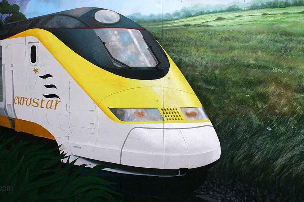Zeď s malbou znázorňující vlak Eurostar