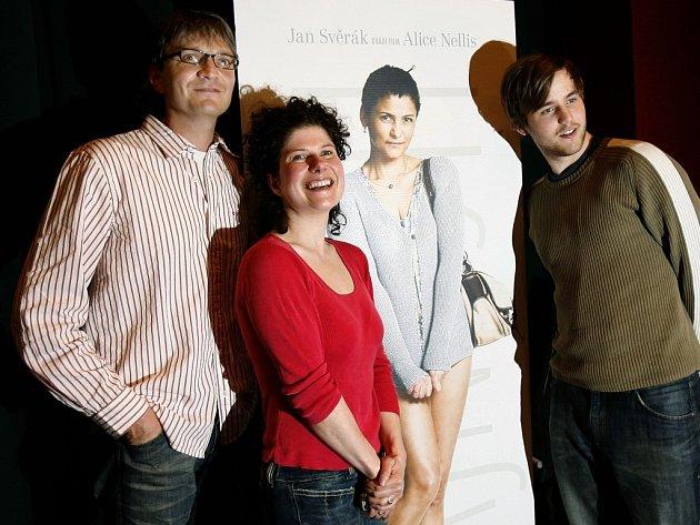 Zleva producent filmu Tajnosti Jan Svěrák, scénáristka a režisérka Alice Nellis a herec Miloslav König.