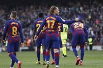 Fotbalista Barcelony Antoine Griezmann se raduje ze svého gólu.