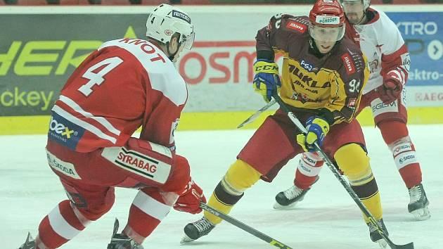 Hokejisté Slavie (v červeném) proti Jihlavě.