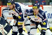 Hokejisté Vítkovic Rostislav Olesz (vpravo) a Richard Stehlík.