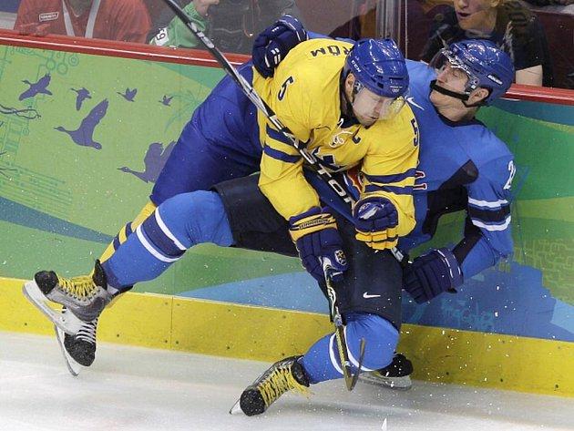 Švéd Nicklas Lidström (č. 5) v souboji s finským Jere Lehtinenem (26).