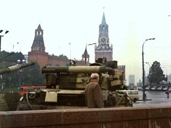 Tanky T-80 na Rudém náměstí během srpnového puče 1991