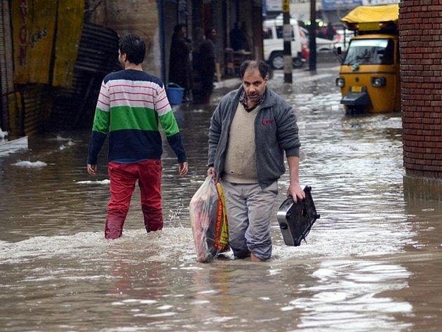 Nejméně deset mrtvých si vyžádaly sesuvy půdy v indické části Kašmíru, kde kvůli vydatným dešťům hrozí po podzimních povodních nové záplavy. Ve správním středisku oblasti Šrínagaru byl vyhlášen stav ohrožení.
