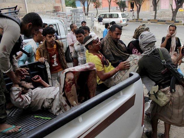 V jihojemenském Táízu při bojích šíitských milic a povstalců z řad Húsíů s vládními vojáky zahynulo nejméně deset lidí.