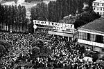 K branám Gdaňských loděnic V. I. Lenina přicházely po celou dobu stávky davy lidí na podporu stávkujících.