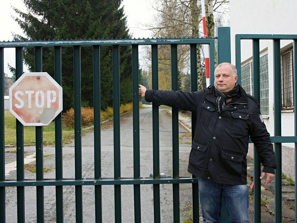 Starosta Květné Petr Škvařil před muničním skladem v Květné na Svitavsku.