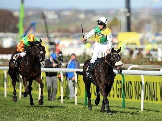 Leighton Aspell a kůň Many Clouds na snímku z vítězného dostihu v roce 2015