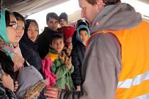 Čeští lékaři, kteří přijeli na srbsko-chorvatský hraniční přechod Berkasovo-Bapska, by chtěli poskytovat uprchlíkům legálně první pomoc, ale zatím nemohou.