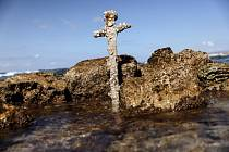 Metrový meč pocházející z dob křížových výprav, který našel potápěč na mořském dně u pobřeží Karmelu.