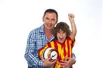 Italský kuchař Emanuele Ridi podporuje svého syna v prvních fotbalových krůčcích.