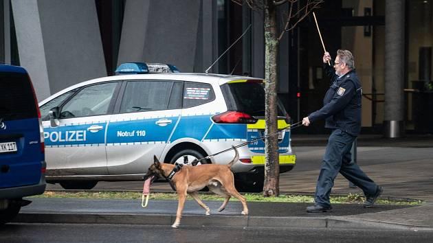 Budovy německých soudů po bombových výhružkách prohledali policisté se speciálně vycvičenými psy