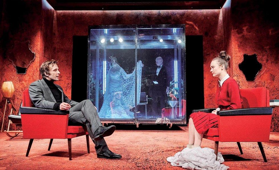 Petr Konáš v roli Petra Švajcara v Havlíčkově hře Neviditelný, kterou v Městských divadlech pražských režíroval Martin Františák.