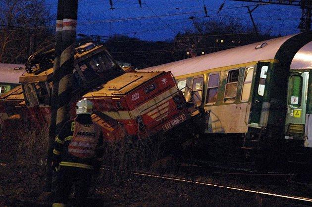 Na nádraží ve Vršovicích se ve čtvrt na sedm večer srazil rychlík s lokomotivou. Na místě zasahovali hasiči. Nikdo nebyl zraněn.