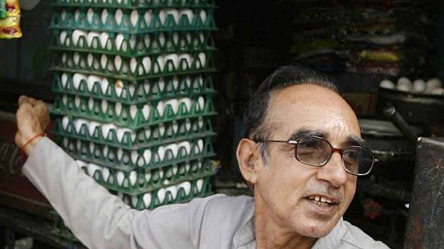 RAMKISHAN GAWLANI, majitel stánku s omeletami v západoindickém Jodhpuru. Tip na návštěvu právě jeho stánku uvedený ve slavném turistickém průvodci změnil prodavači život. Denně dnes rozklepne asi tisícovku vajec.